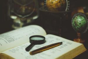 Feedback geven vergrootglas boek